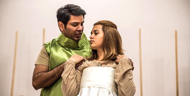 Mann und Frau auf Theaterbühne