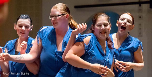 Bild einer Aufführung, Damen in blauen Oberteilen
