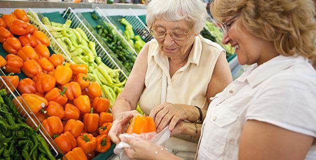Alltagsengel hilft älterer Dame beim Einkaufen