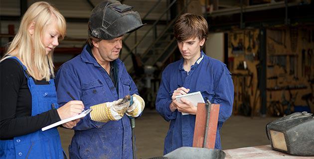Auszubildende in Handwerksbetrieb