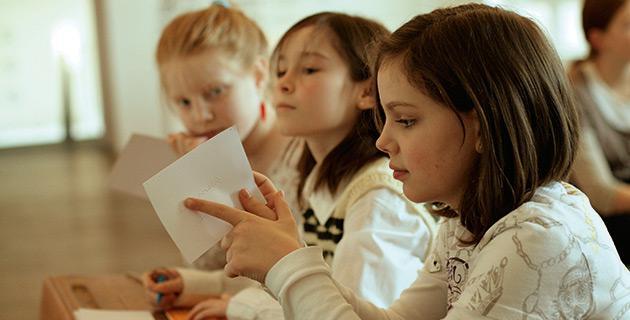 Grundschülerinnen üben Brailleschrift
