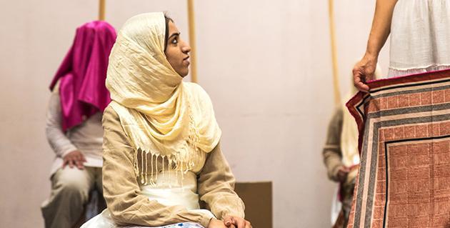 Frauen mit Kopftuch auf Theaterbühne
