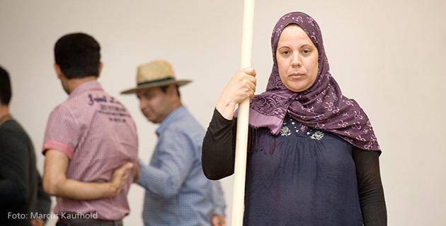 Dame mit Stock auf Theaterbühne
