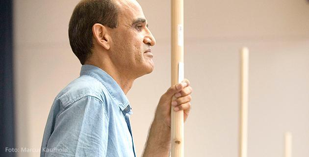 Mann mit Stock auf Theaterbühne