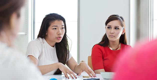 Studierende an einem Tisch in der Universität